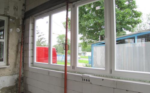 I po montáži nových oken je okenní překlad dosud podepřen.