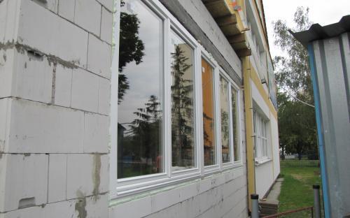 Pohled zvenku na velká okna.