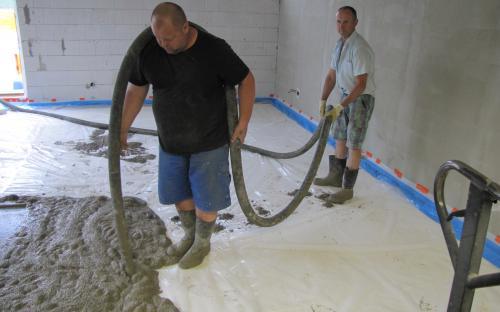 Lití betonové podlahy na izolační pěnový polystyren.