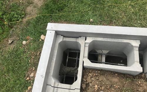 Na betonových základových pásech jsou duté tvárnice s ocelovou výztuží.