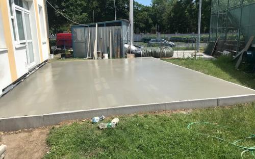 Základová deska čerstvě po odlití z betonu