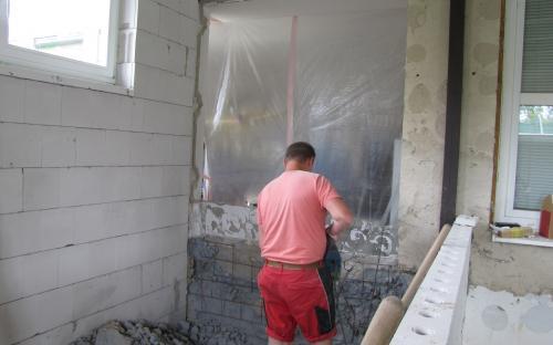 Bourání zdi do pracovny leteckých modelářů, pohled přes částečně vyzděnou příčku