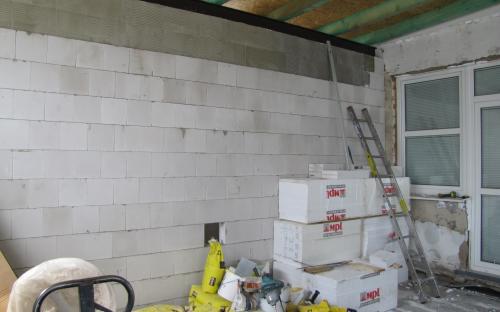 Vnitřní příčka je již vyzděna, dosud nevybouraná stěna do pracovny KŽM