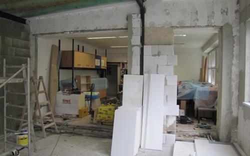 Stěna do pracovny KŽM je již vybourána, zůstává jen obezděná střední část