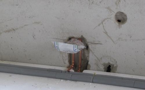 Pod podlahu položena izolace z polystyrenu, na ní je instalace topení.