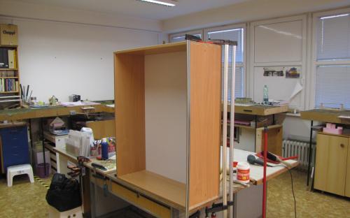 Stavba nových korpusů skříněk pro knohovnu u vstupních dveří