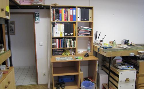 Knihovna po instalaci na místo je záměrně užší kvůli lepšímu prochodu dveřmi