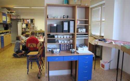 Knihovnička přestěhovaná ode dveří poslouží nyní jako pracoviště elektroniky
