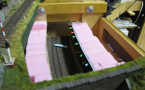 Pohled svrchu na lepení ostění do tunelu