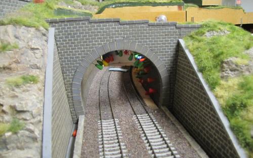 Lepení styrodurového ostění na pravou vnitřní stěnu tunelu