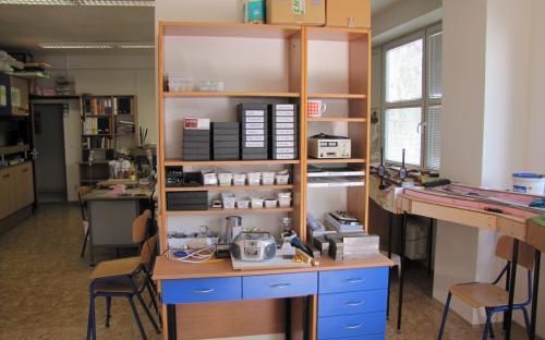 Původní knihovnička po přestěhování bude pracovištěm pro elektroniku.