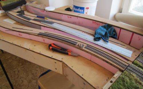 Traťová tělěsa všech tří tratí jsou hotova - začínáme pokládat koleje