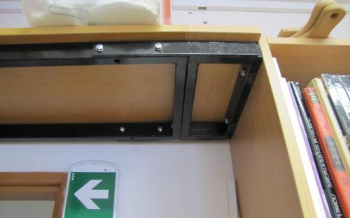 Prodloužení kovového rámu horní police vedle nové knihovničky