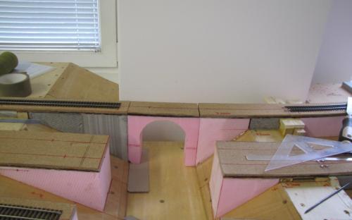 Kamenný most v hrubé stavbě vložen na místo - zkouška rozměrů