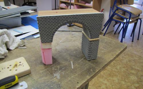 Na pravém pilíři mostu je římsa vyrobená z dřevěné latě 5x5 mm.