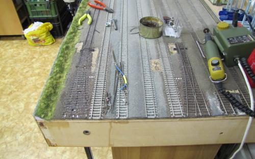 Demontáž výhybek - Stará výhybka vlevo má již vyjmuté kolejnice.