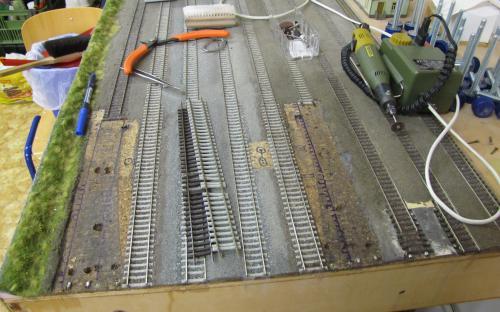 Starý štěrk vyčištěný až na korek vespod  - uprostřed jsou již nové koleje.