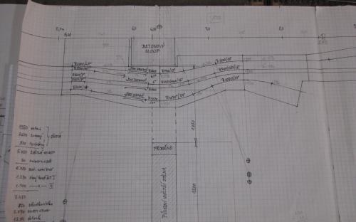 Nyní stavíme podle nového plánu dílů kolejiště kolem betonového sloupu