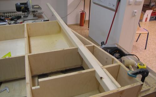 Vyřezávání otvorů do žeber zespodu dílu Tr2-00 pro výztuhy pod řekou.