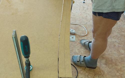 Řezání podkladových pásů kolejí ze sololitu.