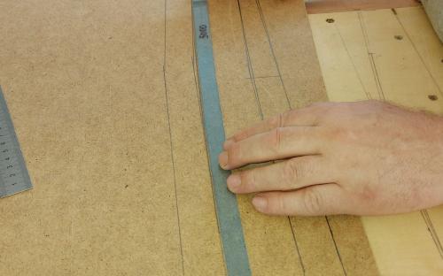Vyměřování podkladových pásů kolejí ze sololitu.