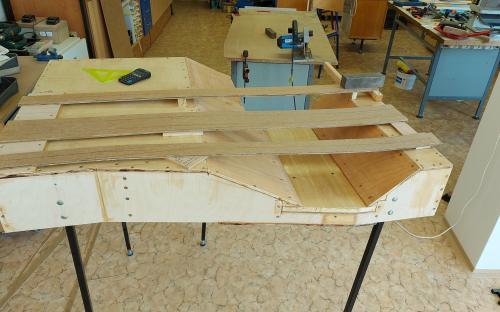 Podkladové pásy (2 vrstvy sololitu a 1 vrstva korku) na budoucím místě.