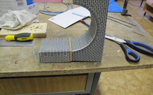 Mezi oblouk a pilíře mostu jsme vložili římsu z modelářské late 5x5 mm.