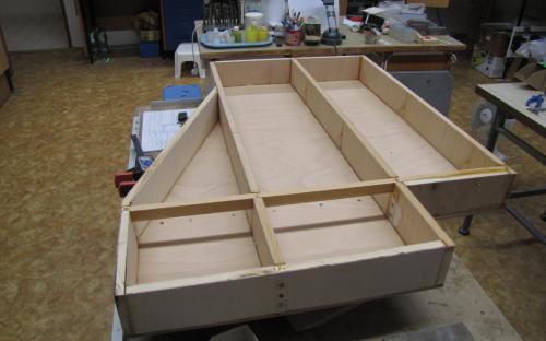 Všimněte si příčné výztuhy (lať 20x40 mm) s dolní strany rámu.