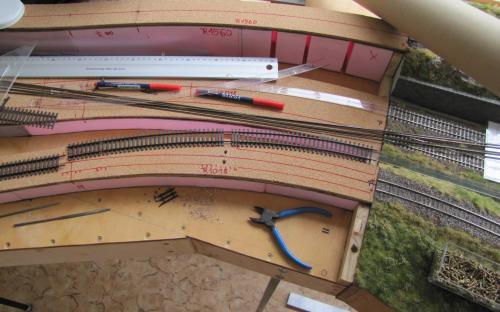 ... navrtáme díry do traťové pláně pro elektrické přívody...