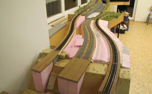 A tady jsou již na traťovém dílu Tr2-01 koleje položené.