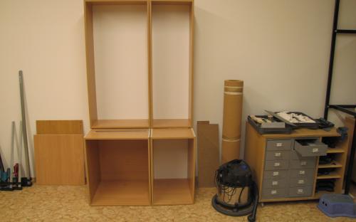 Hotové čtyři skříňky na knihovničku za dvěře a odkladový prostor