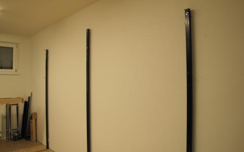 Stojiny přišroubované ke stěně, kontrola svislosti, rozměrů a roztečí děr