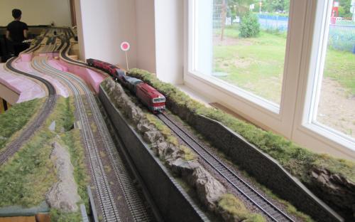 ... a přes své nové díly kolejiště pokračovalo do nové části naší pracovny...