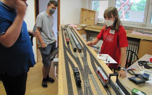 Kolejiště začínalo v předsíni stanicí Brod...
