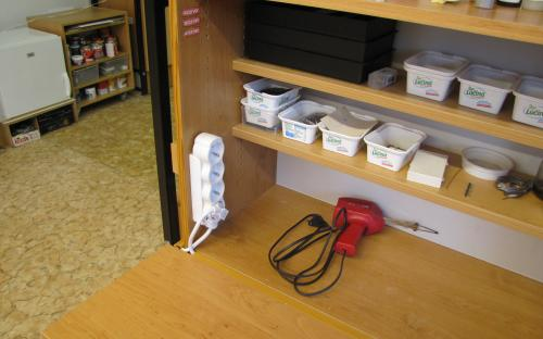 Nové zásuvky na stole pro elektroniku