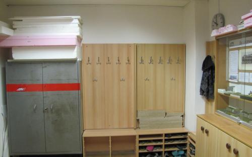 Rekapitulace prací - nová část věšákové stěny a nový botník (vlevo)