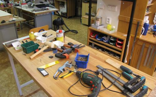 Potřebné ruční nářadí pro stavbu rámů kolejiště