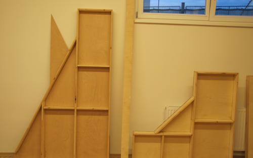 Oba rámy dílů Tr2-07 a Tr2-08 slepené a opřené o stěnu